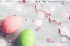 Διακοσμητικά αυγά Πάσχας στο άσπρο ξύλινο υπόβαθρο Στοκ Φωτογραφίες