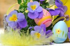 Διακοσμητικά αυγά στα λουλούδια Στοκ Φωτογραφίες