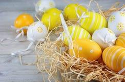 Διακοσμητικά αυγά στο άχυρο Στοκ Εικόνα