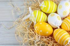 Διακοσμητικά αυγά στο άχυρο Στοκ φωτογραφία με δικαίωμα ελεύθερης χρήσης