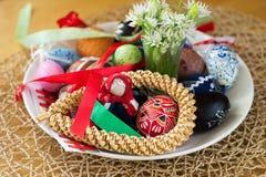 Διακοσμητικά αυγό Πάσχας, κορδέλλα και λουλούδι στο πιάτο Στοκ Φωτογραφία