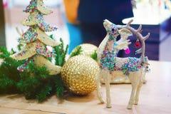 Διακοσμητικά ελάφια Χριστουγέννων παιχνιδιών Clouse επάνω Στοκ Εικόνες