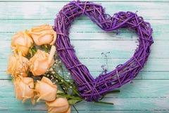 Διακοσμητικά ιώδη λουλούδια καρδιών και τριαντάφυλλων χρωματισμένο στο aqua ξύλο Στοκ Φωτογραφίες