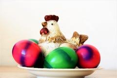 Διακοσμητικά και χρωματισμένα φυσικά αυγά Πάσχας κοτόπουλου Στοκ Φωτογραφίες