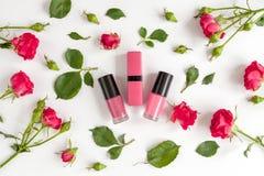 Διακοσμητικά καλλυντικά χρώματος μούρων με τοπ άποψη υποβάθρου τριαντάφυλλων την άσπρη στοκ φωτογραφία με δικαίωμα ελεύθερης χρήσης