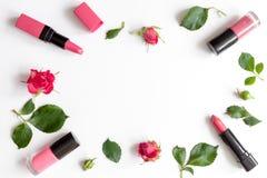 Διακοσμητικά καλλυντικά χρώματος μούρων με τοπ άποψη υποβάθρου τριαντάφυλλων την άσπρη στοκ φωτογραφίες με δικαίωμα ελεύθερης χρήσης