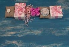 Διακοσμητικά κιβώτια διακοπών σύνθεσης με τα δώρα Στοκ Φωτογραφία