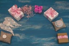 Διακοσμητικά κιβώτια διακοπών σύνθεσης με τα δώρα Στοκ εικόνα με δικαίωμα ελεύθερης χρήσης