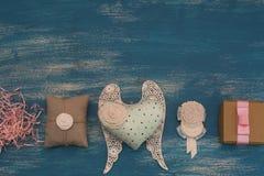 Διακοσμητικά κιβώτια διακοπών σύνθεσης με τα δώρα Στοκ Φωτογραφίες