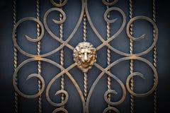 Διακοσμητικά μέρη των πυλών μετάλλων, στοιχεία του σφυρηλατημένου κομματιού χεριών Στοκ εικόνα με δικαίωμα ελεύθερης χρήσης