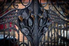 Διακοσμητικά μέρη των πυλών μετάλλων, στοιχεία του σφυρηλατημένου κομματιού χεριών Στοκ Εικόνες
