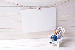 Διακοσμητικά ξύλινα παιχνίδια στις παράκτιες διακοπές διαβίωσης ή καλοκαιριού Στοκ Φωτογραφία