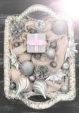 Διακοσμητικά παιχνίδια Χριστουγέννων σύνθεσης Χριστουγέννων στο καλάθι Στοκ Εικόνες
