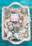 Διακοσμητικά παιχνίδια Χριστουγέννων σύνθεσης Χριστουγέννων στο καλάθι Στοκ φωτογραφίες με δικαίωμα ελεύθερης χρήσης