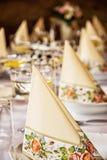 Διακοσμητικά πετσέτες και ποτήρια του βερμούτ με το λεμόνι στην ετικέττα Στοκ Φωτογραφία