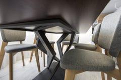 Διακοσμητικά πόδια καμπυλών του πίνακα και της καρέκλας κατώτατη άποψη στοκ φωτογραφία με δικαίωμα ελεύθερης χρήσης