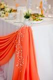 Διακοσμητικά στοιχεία ενός γαμήλιου πίνακα στο γαμήλιο συμπόσιο Στοκ Φωτογραφία