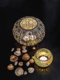 Διακοσμητικά φω'τα και θαλασσινά κοχύλια κεριών Στοκ φωτογραφία με δικαίωμα ελεύθερης χρήσης