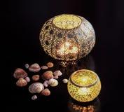 Διακοσμητικά φω'τα και θαλασσινά κοχύλια κεριών Στοκ εικόνα με δικαίωμα ελεύθερης χρήσης