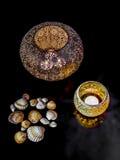 Διακοσμητικά φω'τα και θαλασσινά κοχύλια κεριών Στοκ Φωτογραφία