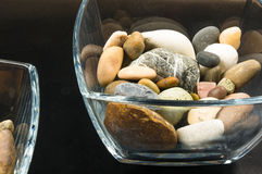 Διακοσμητικά χαλίκια στα εμπορευματοκιβώτια γυαλιού Στοκ Εικόνες