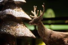 Διακοσμητικά χρυσά ελάφια Χριστουγέννων παιχνιδιών Clouse-επάνω Στοκ Φωτογραφία