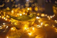 Διακοσμητικά χρυσά πλινθώματα και φω'τα των οδηγήσεων Στοκ Εικόνες