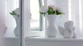 Διακοσμητικά Cupid και βάζο με τα λουλούδια φιλμ μικρού μήκους