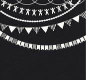 Διακοσμητικές γιρλάντες πέρα από το υπόβαθρο πινάκων κιμωλίας Στοκ εικόνα με δικαίωμα ελεύθερης χρήσης