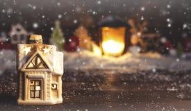 Διακοσμητικές διακοσμήσεις Χριστουγέννων, ένα σπίτι σε ένα χιονώδες υπόβαθρο Στοκ Φωτογραφία