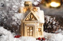 Διακοσμητικές διακοσμήσεις Χριστουγέννων, ένα σπίτι σε ένα χιονώδες υπόβαθρο Στοκ Εικόνες