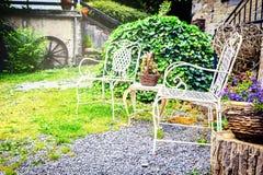 Διακοσμητικές καρέκλες στον κήπο θερινών κατωφλιών Στοκ εικόνα με δικαίωμα ελεύθερης χρήσης