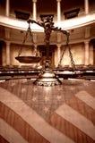 Διακοσμητικές κλίμακες της δικαιοσύνης στο δικαστήριο και σημαία των Ηνωμένων Πολιτειών στοκ εικόνες με δικαίωμα ελεύθερης χρήσης