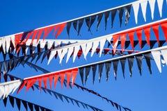 Διακοσμητικές κόκκινες, άσπρες και μαύρες πλαστικές σημαίες υφάσματος Στοκ Φωτογραφίες