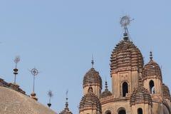 Διακοσμητικές λόγχες πάνω από τον ινδό ναό, Ινδία στοκ εικόνες