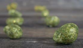 Διακοσμητικές πέτρες σε ξύλινο Στοκ φωτογραφίες με δικαίωμα ελεύθερης χρήσης