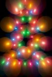 Διακοσμητικές πολύχρωμες φυσαλίδες στο χριστουγεννιάτικο δέντρο Στοκ εικόνα με δικαίωμα ελεύθερης χρήσης