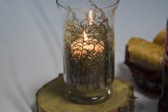 Διακοσμητικές στάσεις κεριών σε ένα γυαλί σε μια ξύλινη σανίδα Στοκ φωτογραφία με δικαίωμα ελεύθερης χρήσης