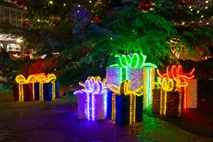 Διακοσμητικές συσκευασίες Χριστουγέννων σε Breitscheidplatz στο Βερολίνο, Γερμανία στοκ φωτογραφίες
