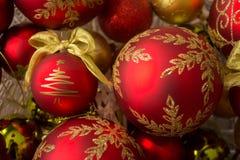 Διακοσμητικές σφαίρες Χριστουγέννων, δέντρο που αφήνεται Στοκ φωτογραφία με δικαίωμα ελεύθερης χρήσης