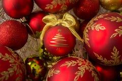 Διακοσμητικές σφαίρες Χριστουγέννων, δέντρο που κεντροθετείται Στοκ Φωτογραφία