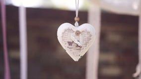 Διακοσμητική άσπρη καρδιά στο σχοινί ως γαμήλιο ντεκόρ φιλμ μικρού μήκους