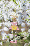 Διακοσμητική ένωση λαγουδάκι Πάσχας στους κλάδους ενός ανθίζοντας δέντρου κερασιών Στοκ εικόνα με δικαίωμα ελεύθερης χρήσης