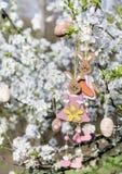 Διακοσμητική ένωση λαγουδάκι Πάσχας στους κλάδους ενός ανθίζοντας δέντρου κερασιών Στοκ φωτογραφία με δικαίωμα ελεύθερης χρήσης