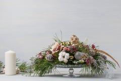 Διακοσμητική ανθοδέσμη Χριστουγέννων με τα κεριά Στοκ Εικόνες