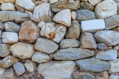 Διακοσμητική ανώμαλη ραγισμένη πραγματική επιφάνεια τοίχων πετρών σχεδίου ύφους Στοκ Εικόνες