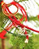 διακοσμητική διακόσμηση του 2018 με τις κόκκινες κορδέλλες - εγχώριο ντεκόρ Χριστουγέννων Στοκ Εικόνες
