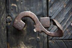 Διακοσμητική εκλεκτής ποιότητας λαβή πορτών σιδήρου στην ξύλινη πόρτα Στοκ Εικόνες