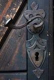 Διακοσμητική εκλεκτής ποιότητας λαβή πορτών σιδήρου στην ξύλινη πόρτα Στοκ εικόνες με δικαίωμα ελεύθερης χρήσης