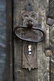Διακοσμητική εκλεκτής ποιότητας λαβή πορτών σιδήρου στην ξύλινη πόρτα Στοκ φωτογραφία με δικαίωμα ελεύθερης χρήσης